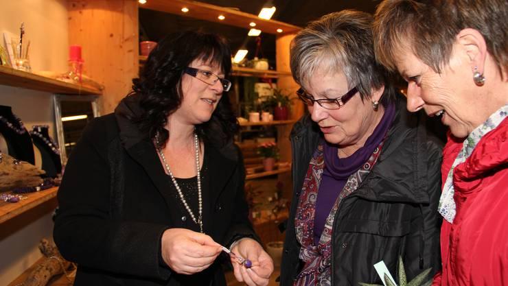 Schmuckdesignerin Rita Dubach aus Villnachern erklärt, wie der Schmuck hergestellt wird