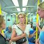 Junge Schwedinnen fahren mit der Bahn durch Stockholm. Maskenpflicht gibt's nicht.