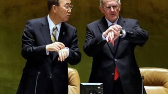 Schweizer Pünktlichkeit wird geschätzt: Joseph Deiss (rechts) und UNO-Generalsekretär Ban Ki Moon.  key