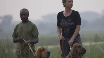 Marlene Zähner mit Ranger und Bloodhounds im Einsatz. zvg