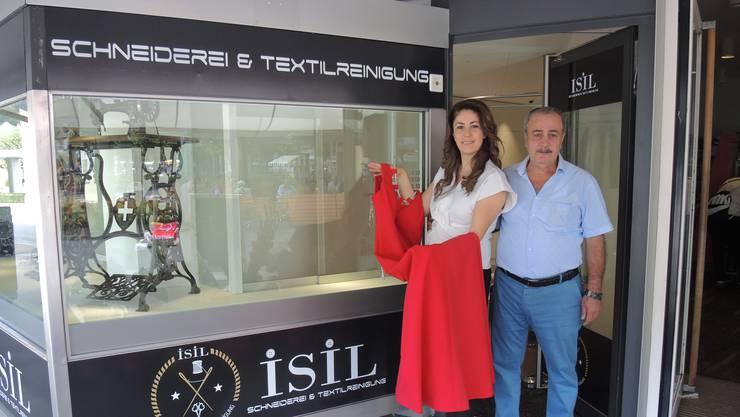 Isil Selcuk und ihr Vater Necdet freuen sich auf den neuen Laden an der Hauptstrasse.