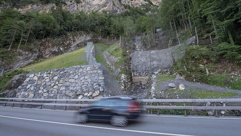 Die Polizei hat die Axenstrasse im Kanton Uri wegen Steinschlags erneut gesperrt. (Archivbild)