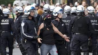 Polizisten führen eine Aktivistin ab in Montréal