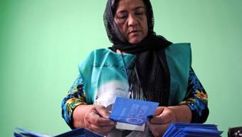 Eine Angestellte der Wahlkommission in Afghanistan zählt Stimmen