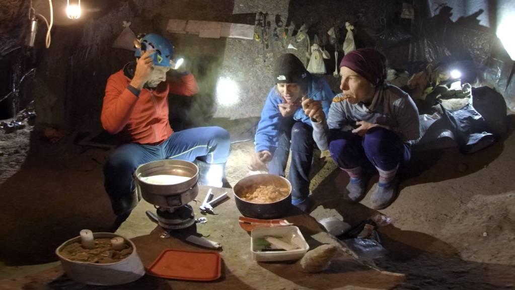 Der 360-Grad-Dokfilm «Caves» über eine Nidwaldner Höhlenforscherin feiert in Venedig Weltpremiere.