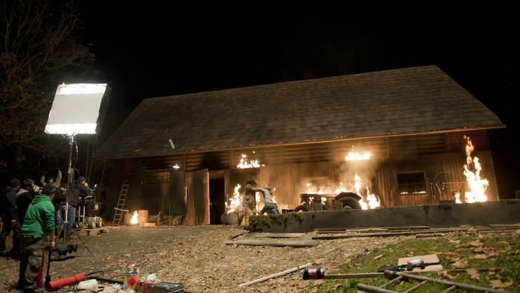 Für eine Szene wurde eine Kulisse in Brand gesteckt. (Fotos: Alex Spichale; Mathias Marx)
