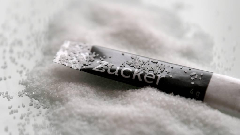 Schweizerinnen und Schweizer konsumieren mehr als 100 Gramm Zucker pro Tag. (Archivbild)