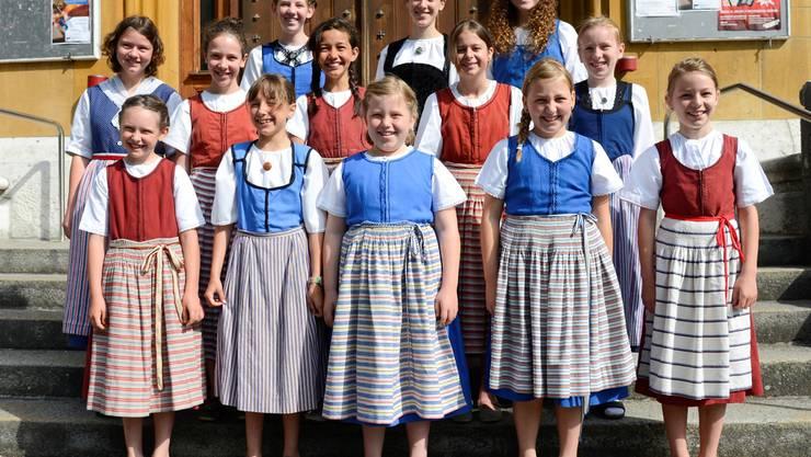 Auch das Outfit muss stimmen: Der Solothurner Mädchenchor trägt Tracht.