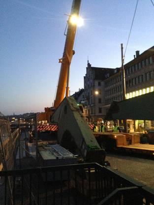 Ab heute wird der Hafenkran installiert.jpg