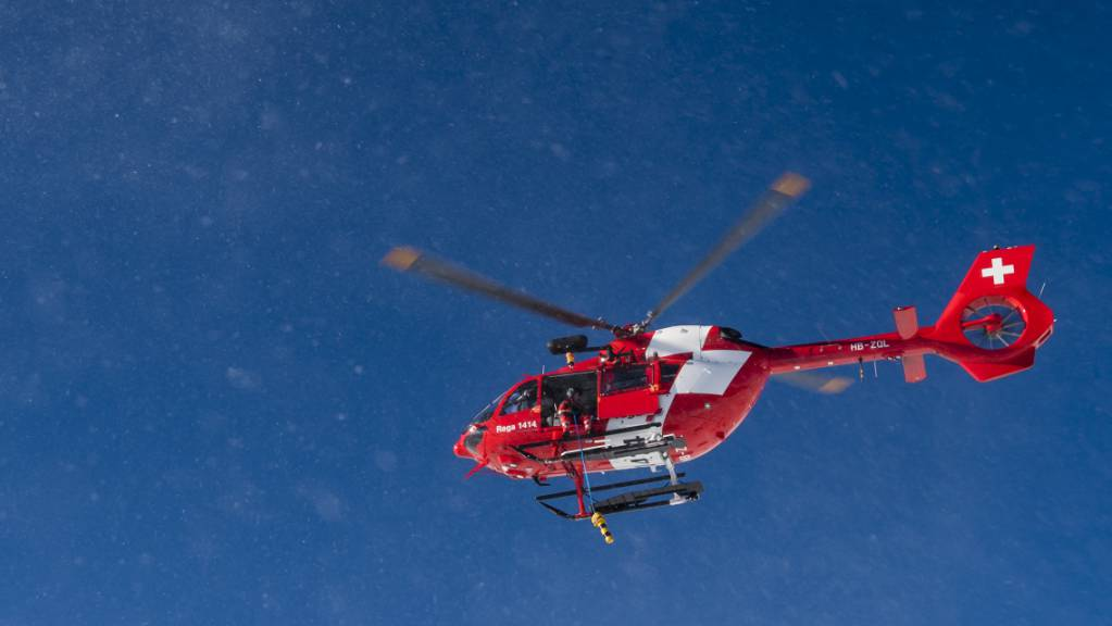 Ein Mann ist beim Holzfällen von einer fallenden Tanne gestreift worden. Die Rega flog den Verletzten ins Spital. (Symbolbild)