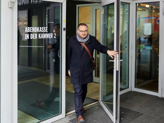 Beim Ausgang des Restaurants der Kammerspiele München, wo Lüscher oft zu Mittag isst.