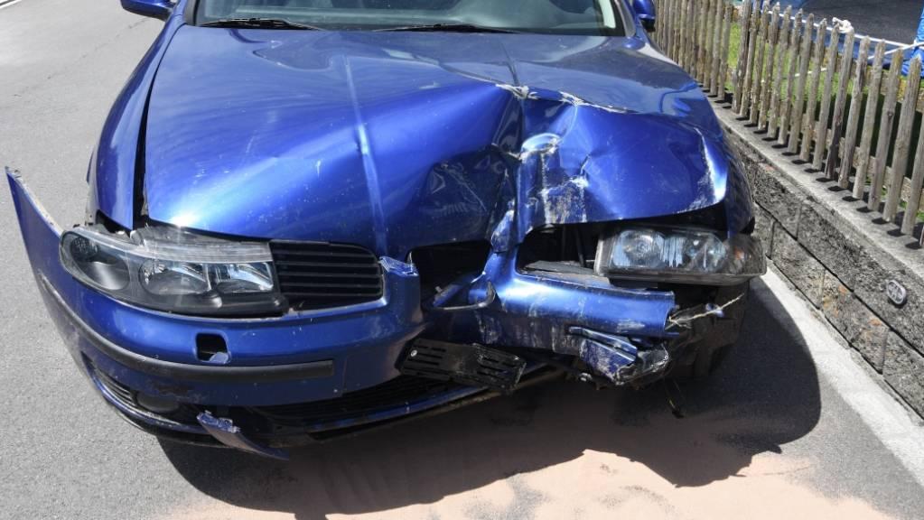 Ein 21-jähriger Autofahrer hat in Sevelen unter Alkoholeinfluss einen Selbstunfall verursacht. Nach dem Unfall entfernte der Junglenker die Kontrollschilder und ging nach Hause.