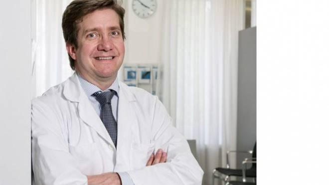 Hat allein im letzten Jahr 500 Menschen operiert: Chefarzt Javier Fandino.  Foto: Sandra Ardizzone