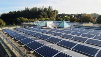 Im Bild eine Anlage auf dem Dach des Schulhauses Bachmatten in Muri.