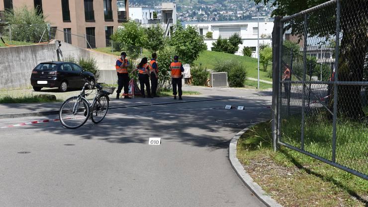 Die Velofahrerin stürzte auf der Tiefenhofstrasse in Wädenswil. Dabei zog sie sich Kopfverletzungen zu. Wie schwer diese waren, teilte die Kantonspolizei Zürich nicht mit.