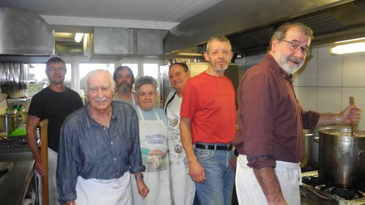 Pilzverkauf des Pilzvereins von rechts: Thomas Derungs, Kurt Bisang, Erhard Schlup 8Präsident), Brigitta Schlup, Heinz Ischi, Peter Jonen und thomas Klaus.