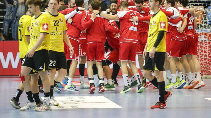 Die ganze Mannschaft freut sich über den zweiten Sieg gegen die Belgier.
