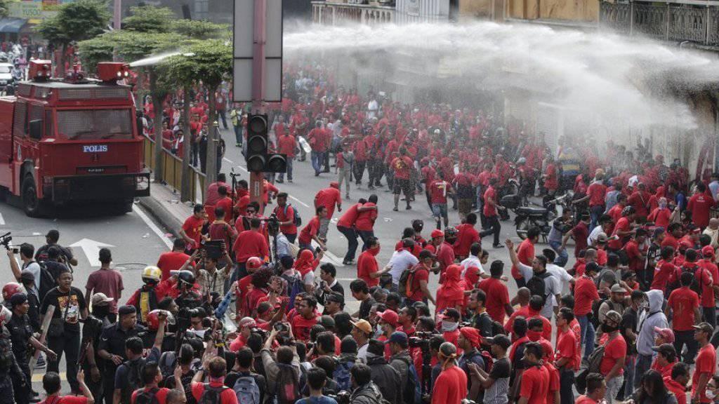 Die Polizei setzte bei der Kundgebung Wasserwerfer ein.