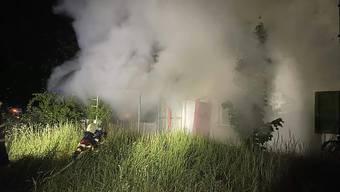 Viel Rauch: In zwei leerstehenden Häusern in Birr AG kam es zu Bränden. Die Polizei geht von Brandstiftung aus.