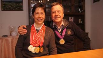 Sandra Strebel (37) mit ihrem Vater Alfred Strebel (69) und mit ihren Goldmedaillen.