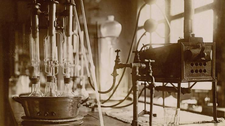 Laboreinrichtung um 1930.