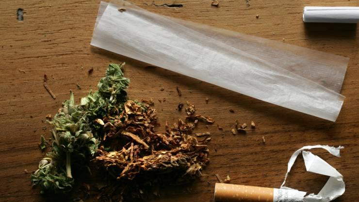 Der Nationalrat hat am Dienstagnachmittag über die Hürden bei Pilotprojekten für die kontrollierte Cannabis-Abgabe diskutiert. Die SVP- und Teile der Mitte-Fraktion scheiterten mit zahlreichen Anträgen. (Symbolbild)