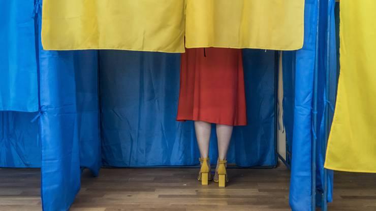 Eine Frau gibt in Kiew ihre Stimme ab.