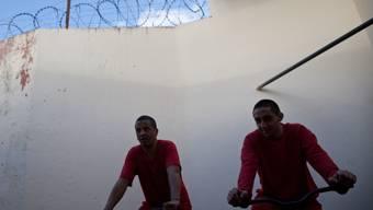 Sport statt Mord: Diese Insassen in einem brasilianischen Gefängnis laden beim Strampeln eine Autobatterie auf