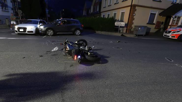 Ein 22-jähriger Motorradfahrer ist in der Nacht auf Samstag an den Folgen eines Unfalls in Mollis GL verstorben.