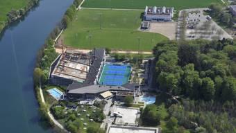 Bei den bestehenden Fussballplätzen des Sportzentrums Zuchwil ist ein Kunstrasenplatz (oben links vom Gebäude) und ganz oben das Klubhaus geplant.