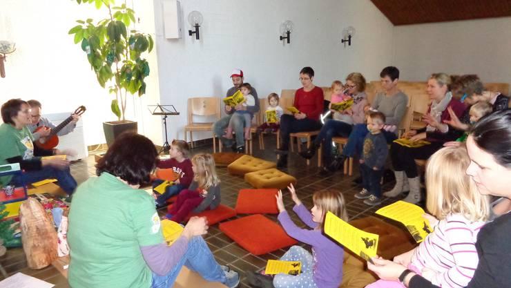Kinder und ihre Eltern musizieren am Spatzehöck.