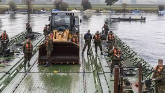 Das Pontonier Bataillon 26 hilft bei der Räumung der Aareinsel