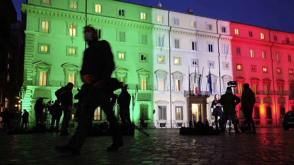 Fernsehteams stehen vor dem Regierungssitz Palazzo Chigi in Rom.