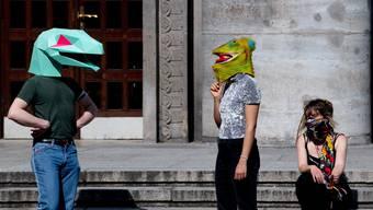 """Menschen mit Echsenmasken an der """"Hygiene-Demo"""" in Berlin: In ganz Deutschland versammeln sich Verschwörungstheoretiker, um gegen die Coronamassnahmen zu demonstrieren."""