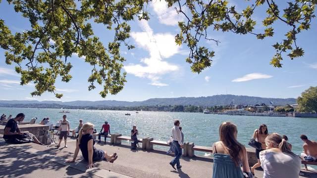 Hohe Lebensqualität: Menschen geniessen in Zürich am See sommerliches Wetter (Symbolbild, Archiv)