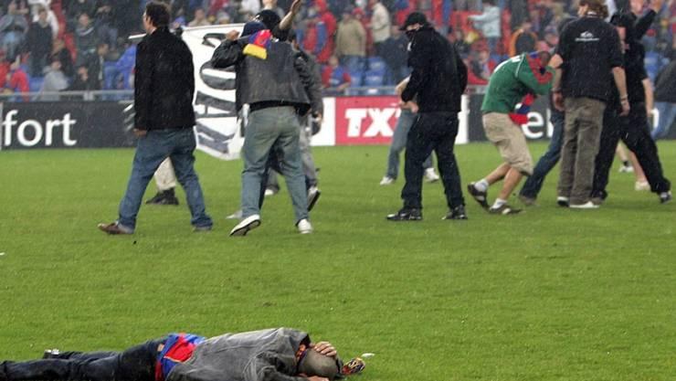 Gewalt und Chaos nach dem Spiel zwischen dem FC Basel und dem FC Zürich am 13. Mai 2006 im Basler St. Jakob Park.