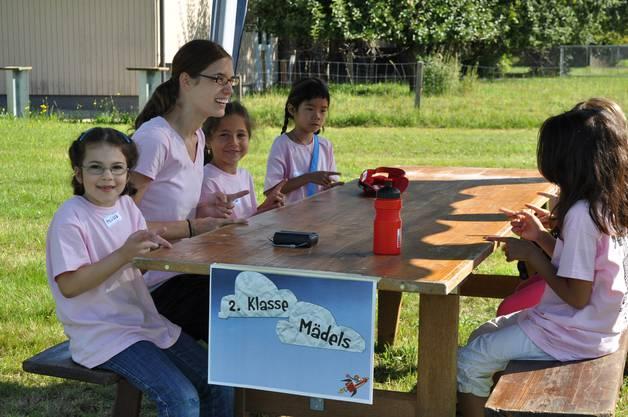 In kleinen Gruppen machen die Kinder mit ihrem Leiter Spiele