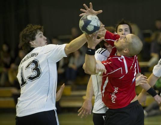 Solothurn's Michael Wasmer  (R) im Kampf um den Ball gegen den Wahlener Simon Kohler (L).