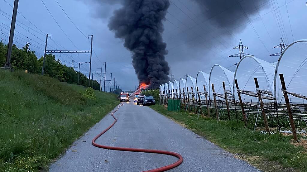 Die Rauchsäule aus der Fahrzeug-Halle in Ardon VS war am frühen Morgen weitherum zu sehen.