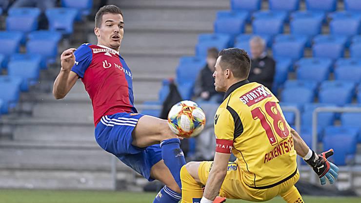 Die Szene, die zum Phantom-Penalty führte: Basels Kevin Bua (links) gegen Sions Torhüter Kevin Fickentscher