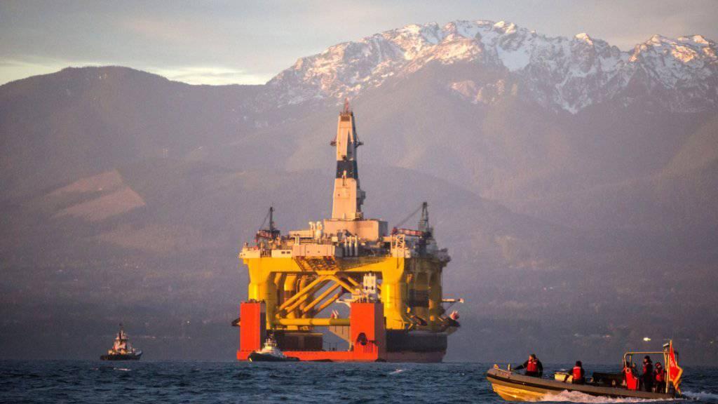 Ölplattform auf einem Transportschiff im Westen der USA: In Alaska gab Shell mehrere Lizenzen schon früher auf, nun folgte ein ähnlicher Schritt in Kanada. (Archivbild)