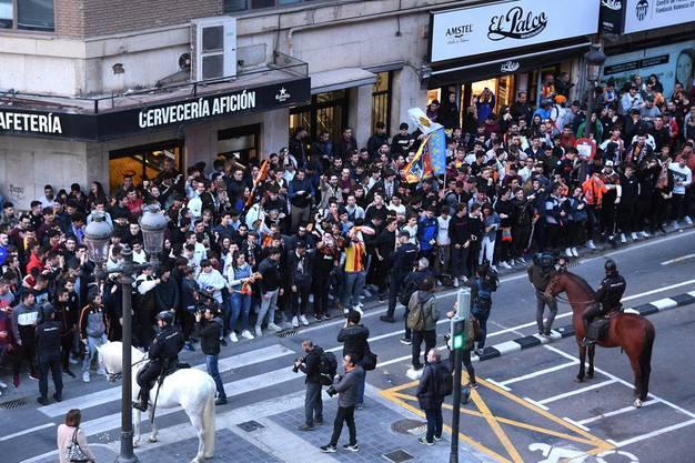 Spanische Fans in Valencia. Sie wurden nicht ins Stadion gelassen, versammelten sich aber in dicht gedrängten Gruppen davor – trotz der Ansteckungsgefahr.