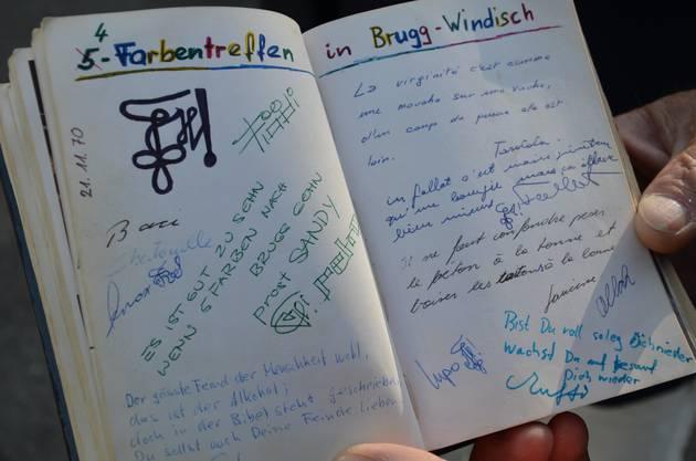Ein Blick in das Liederbuch der Studentenverbindung von Sandy. Diese Bücher hatten absichtlich leere Seiten, um Fotos, Sprüche (nicht immer jugendfreie) oder andere Erinnerungen einzukleben und festzuhalten.