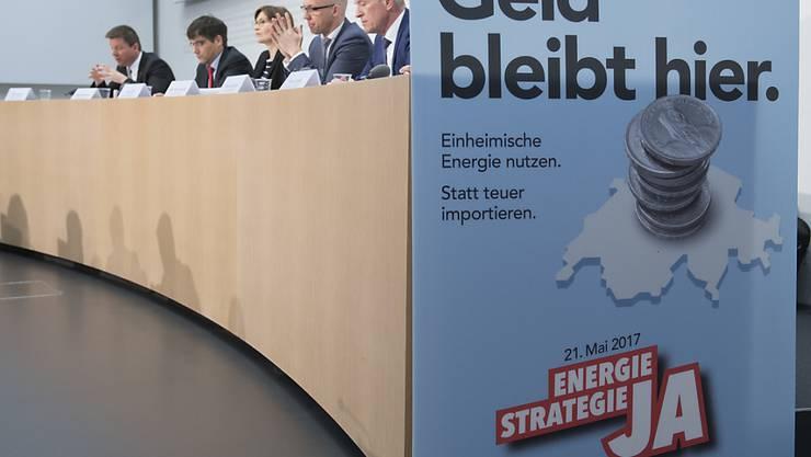 Die Befürworter der Energiestrategie haben gut drei Wochen vor der Abstimmung weiterhin die Nase vorn. (Archivbild)