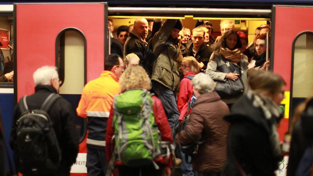Auf der Ost-West-Achse mussten sich die Zugreisenden am Dienstagmorgen in Geduld üben (Archivbild).