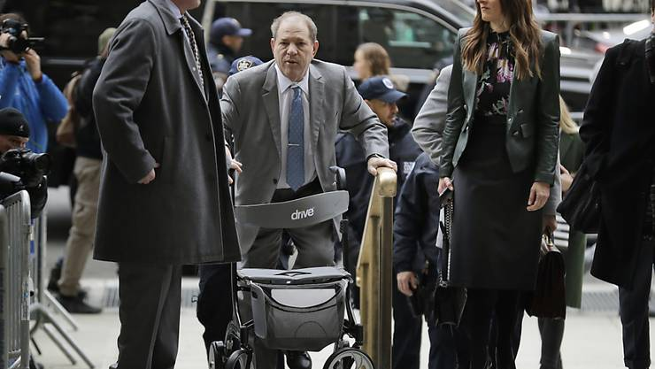 Harvey Weinstein (Mitte) vor dem Gerichtsgebäude in New York.