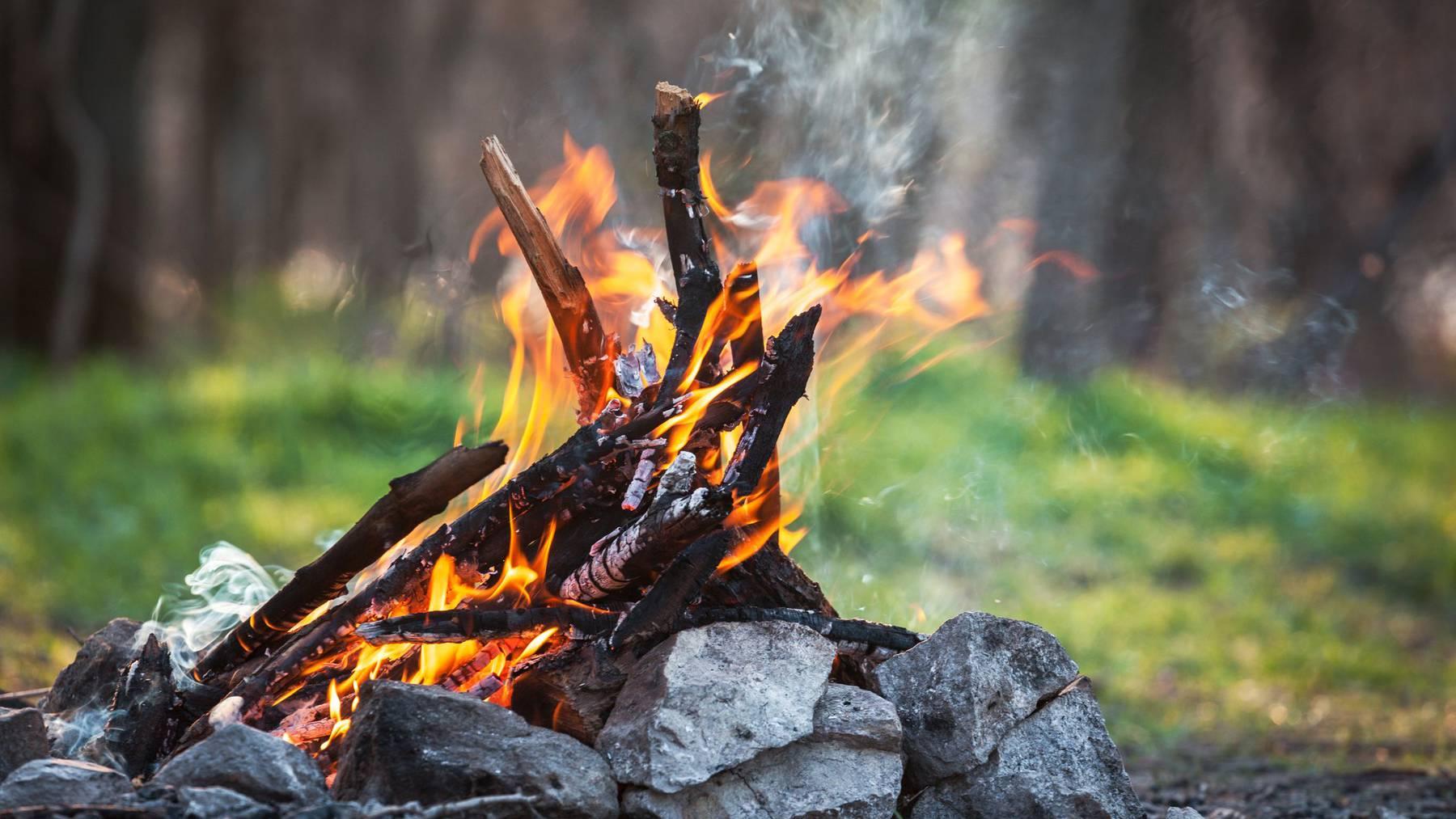 Lokal, vor allem in Gebieten mit viel trockenem Unterholz oder viel Laub- und Nadelstreu auf dem Waldboden, ist die Waldbrandgefahr dennoch erheblich. Dort ist beim Feuer machen noch immer Vorsicht geboten.