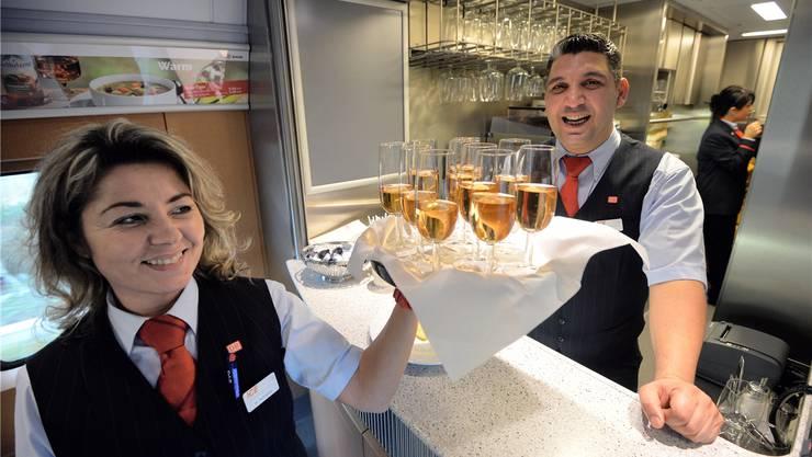 Spätestens, wenn die Rechnung kommt, vergeht manchen Reisenden das Lächeln: Wer mit Franken bezahlt, kostet Speis und Trank bis zu ein Drittel mehr.