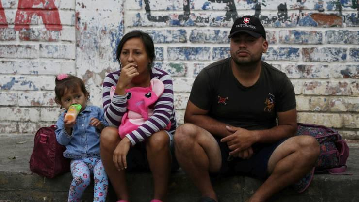 Eine venezolanische Familie wartet am Dienstag auf die Bewilligung, die Grenze nach Kolumbien zu passieren.