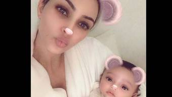 Kim Kardashian präsentiert ihr drittes Kind Chicago (Instagram)